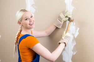 frau erledigt renovierungsarbeiten vor dem umzug