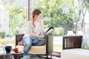 szklana zabudowa tarasu zapewnia komfort mieszkania